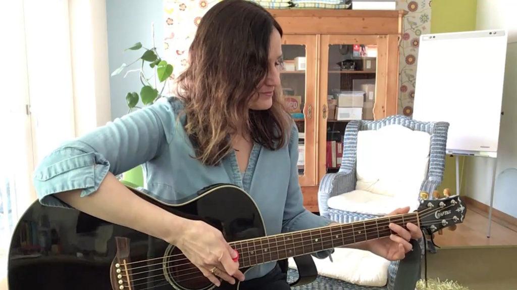 Andrea Monadjemi mit Gitarre - Bild 4