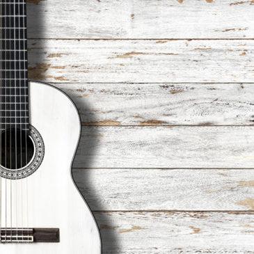 Gitarre vor Holzwand